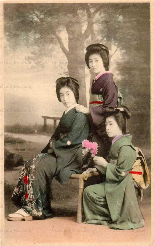 bn107-おすましの美人三人 椅子
