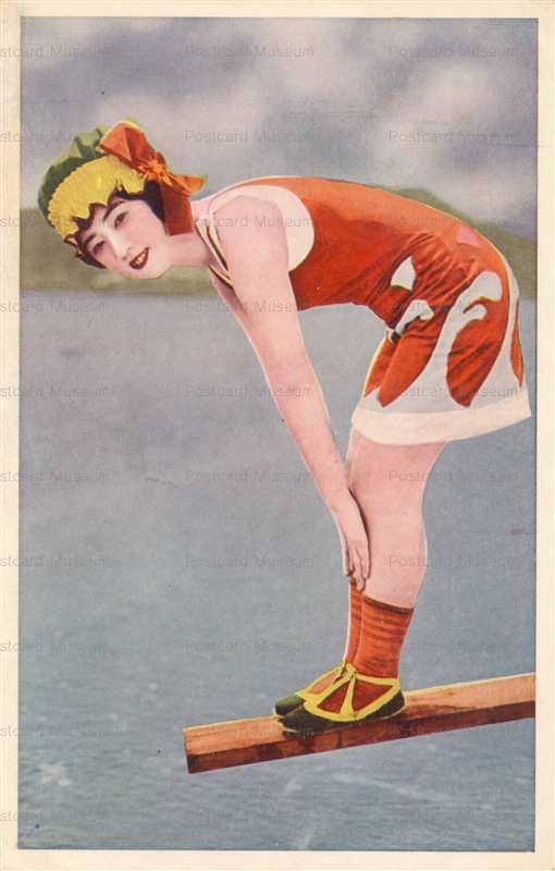 bs500-カラフル水着の女性 飛込み台