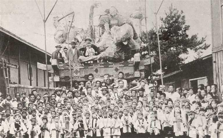 eb820-Nebuta Hirosaki 弘前ねぶた 山車の前に多数の子供 弘前風俗