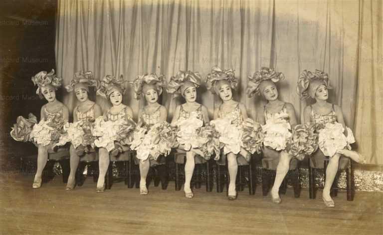 ege285-ダンスをする女性達 写真
