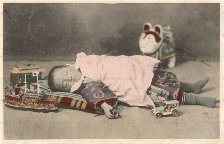 fb030-昼寝をする子供と玩具