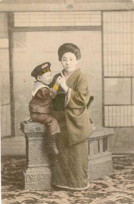 fb160-水平帽の少年と母親