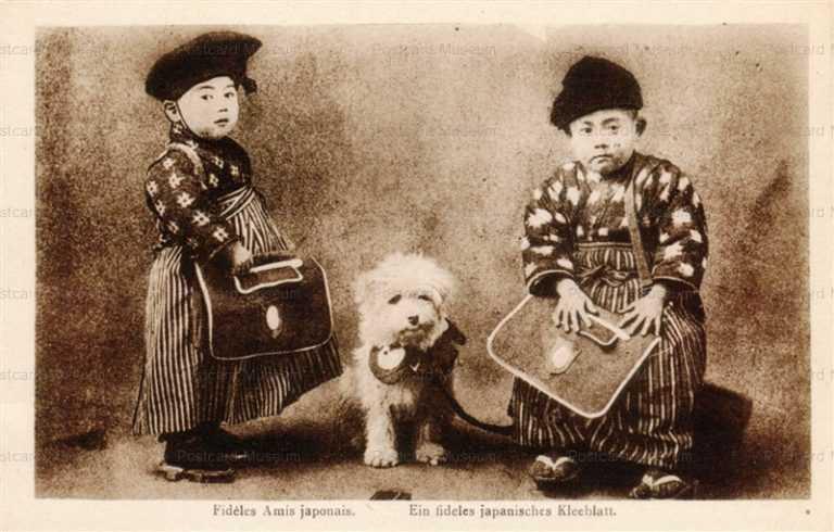 fb375-学童鞄持つ少年二人と犬
