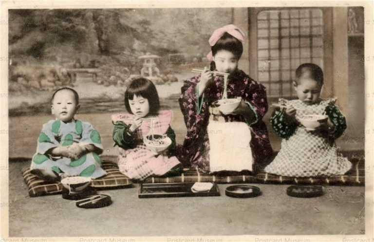 fe001-饂飩を食べる子供四人