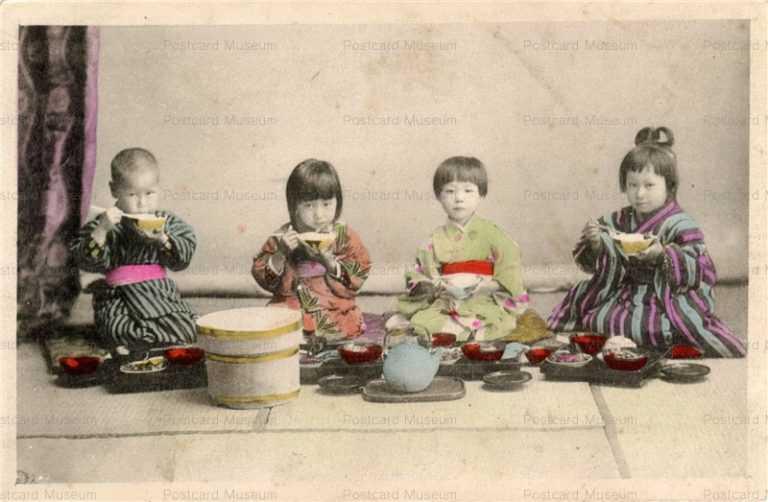 fe002-ご飯を食べる子供四人