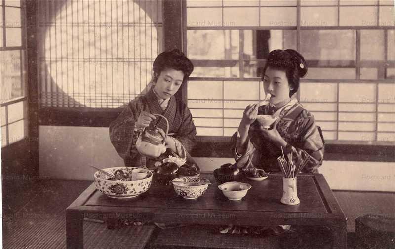 fe080-御飯を食べる美人二人
