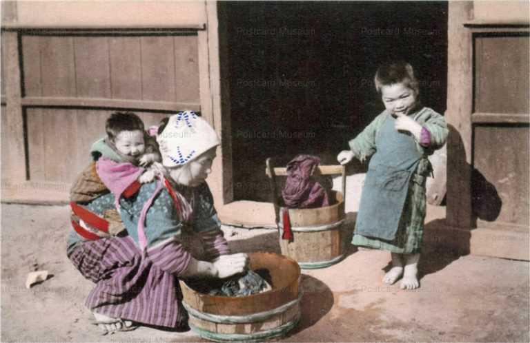 fk034-子守し洗濯する母親