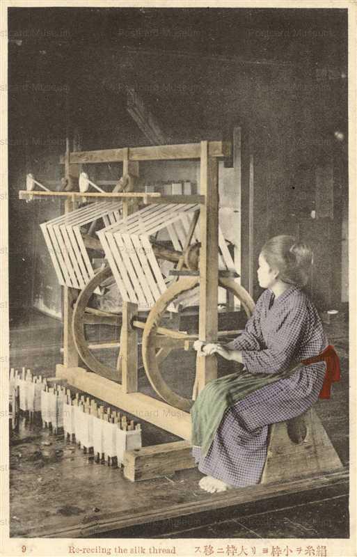 fk140-絹糸を小枠より大枠に移す女性