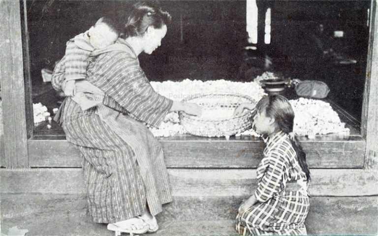 fk145-繭選別作業中の母子
