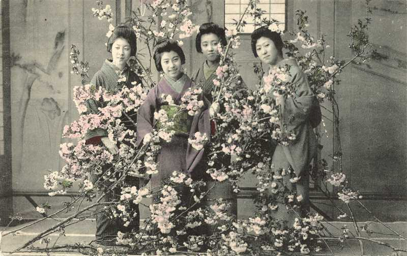 fk300-花木を持つ女性四人