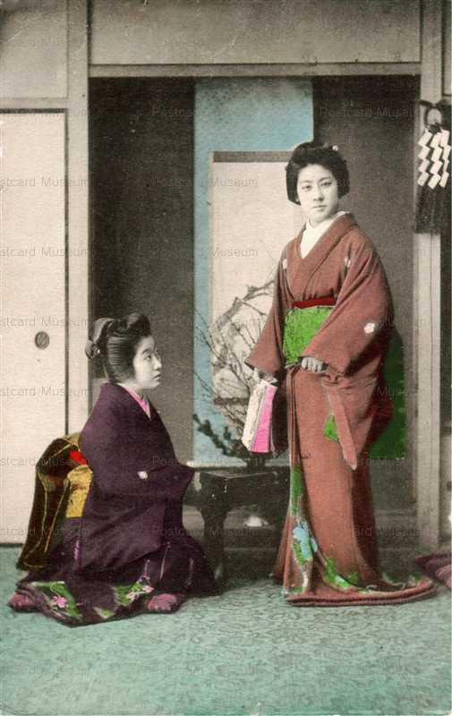 fk385-立ち姿の女性と見つめる女性