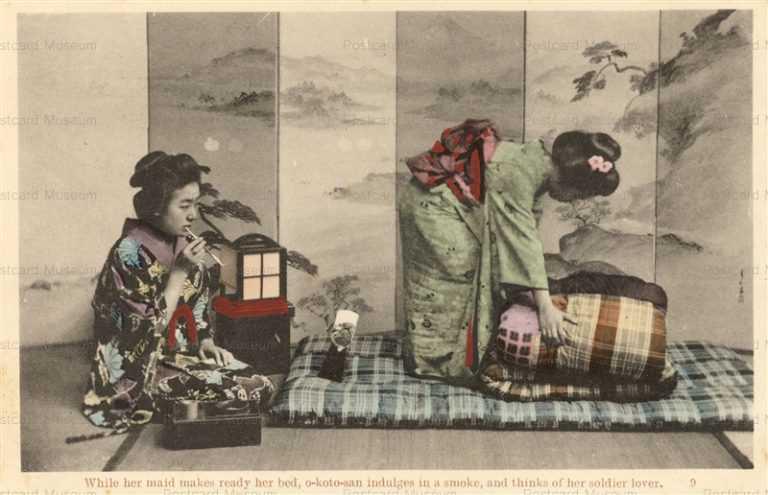 fk854-お琴さん 布団をあげる女中と煙草ををすうお琴さん