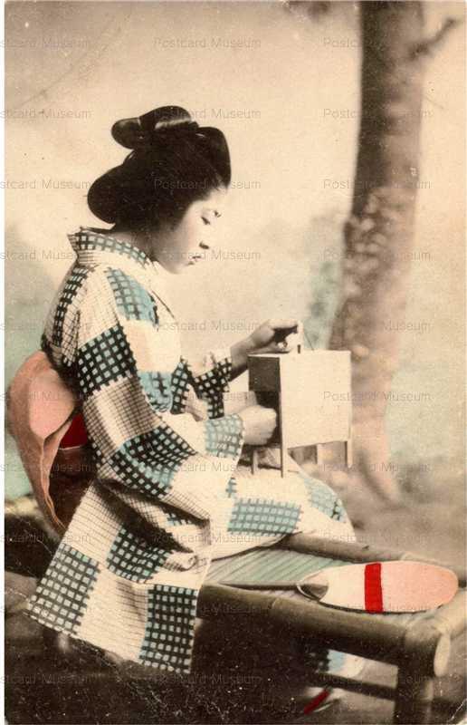 ba007-虫籠を見入る女性