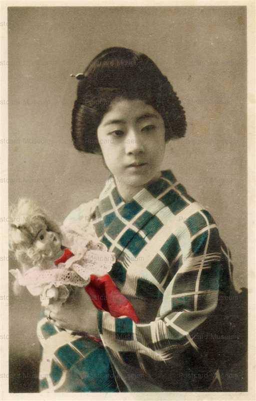bh014-西洋人形を抱いた美しい女性