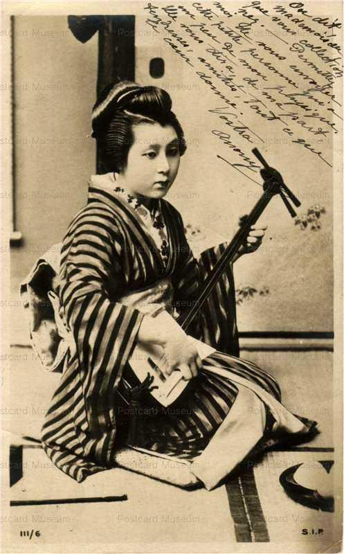 bk027-三味線を弾く女性