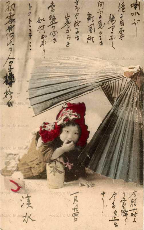 bk029-破れ傘に入る子供 雪