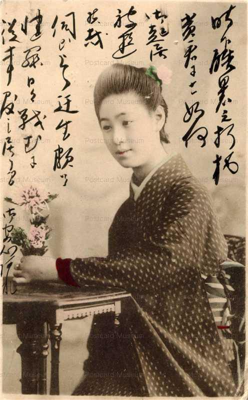 bk032-テーブルの花を摘み椅子に座る女性