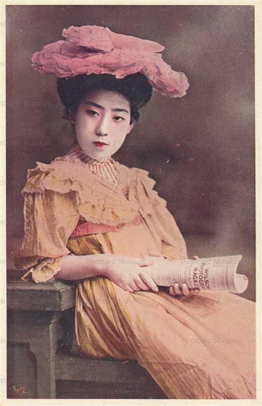 by014-腰かける洋装美人