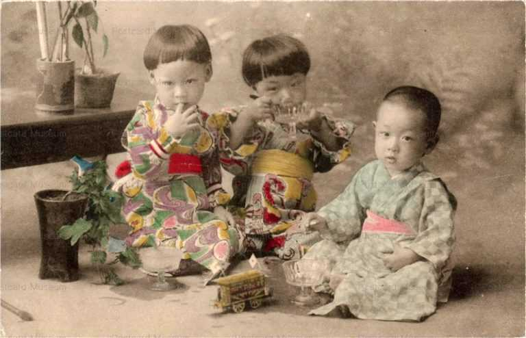 fb325-室内遊び3人の子供 電車の玩具
