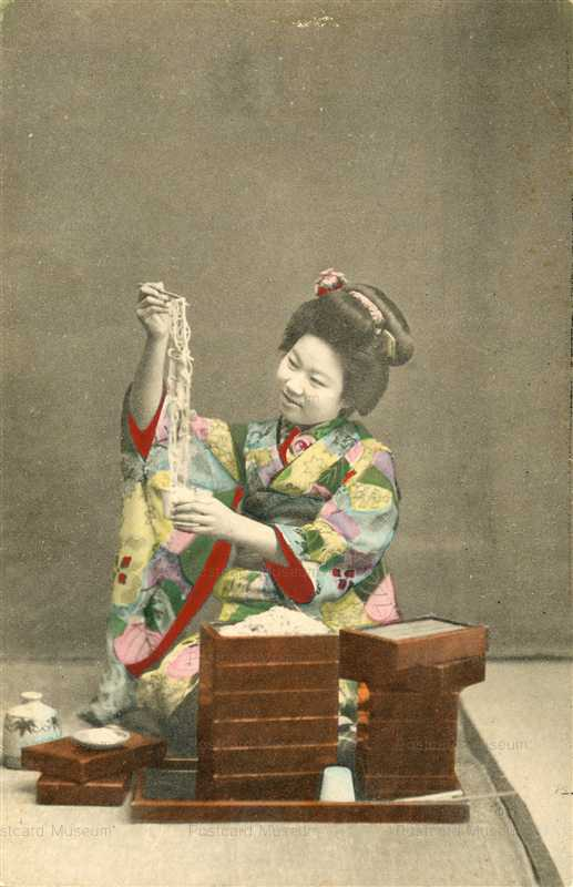 fe010-ざる蕎麦を食べる女性