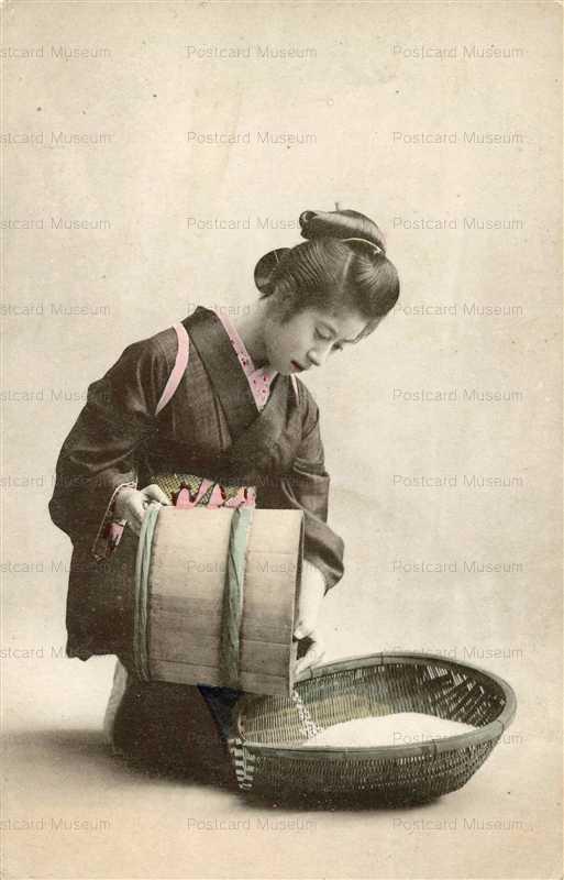 fe015-米をざるに移す女性