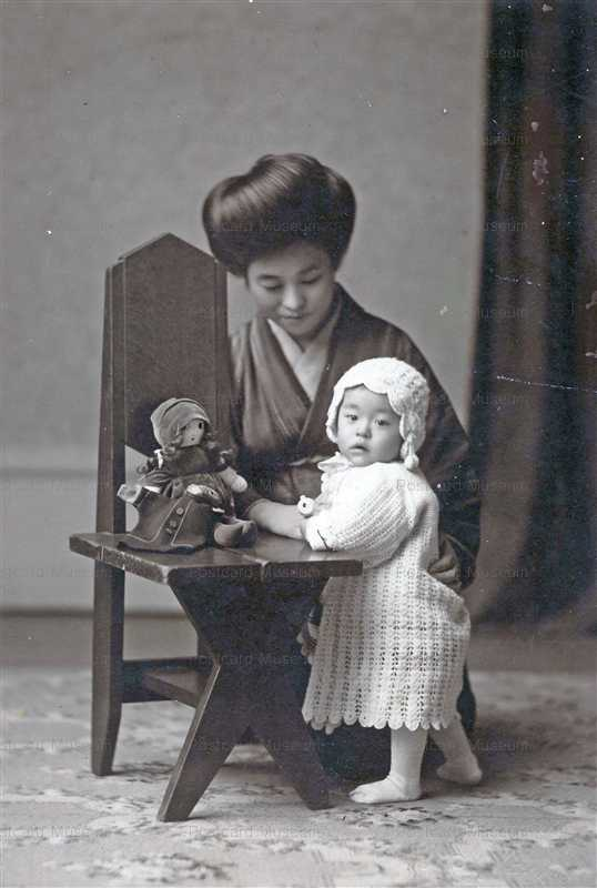 fib100-椅子においた人形を子供と女性
