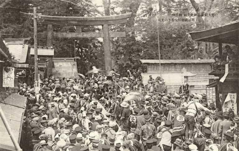 yt1155-Suwa jinja Onbashirasai Nagano 官幣大社諏訪神社上社 御柱祭 鳥居前御柱曳着きの光景 長野